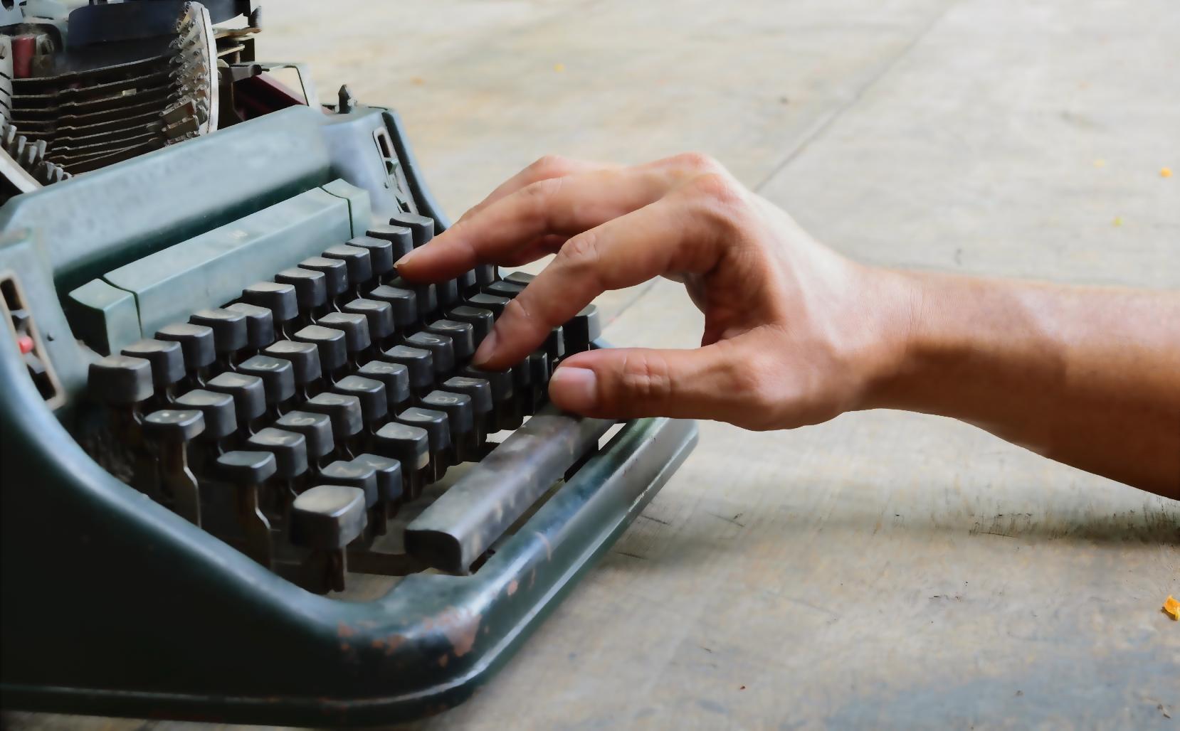 typewriter-hand